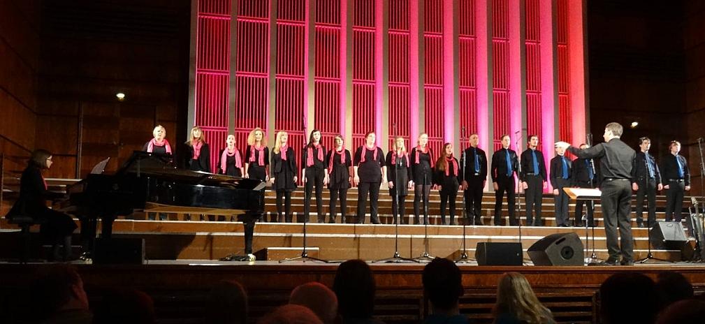1100 Menschen im Publikum der Rudolf-Oetker-Halle. Und 21 Musiker von can carmina auf der Bühne mit dem emotionalen Höhepunkt: